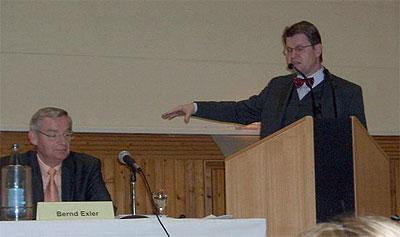 Elleraus Bürgervorsteher Bernd Exler (links) und Innenminister Dr. Stegner (rechts) während der Einwohnerversammlung am 23.02.2006
