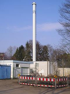 Blockheizkraftwerksschornstein vom Parkplatz des Freibad aus